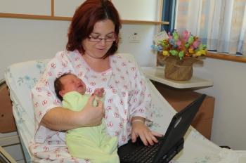 """יולדת בביה""""ח גולשת באינטרנט"""